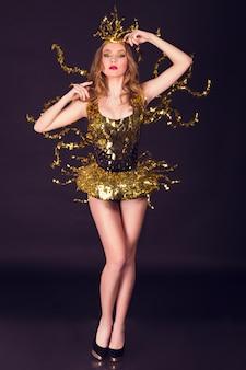 Mulher sexy festa discoteca vestida com um traje dourado exclusivo com asas de metal. perfeito para eventos de clube, discoteca e moda elegantes