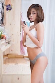Mulher sexy na cozinha