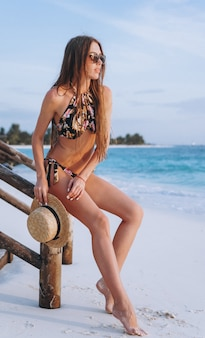Mulher sexy no desgaste da nadada pelo oceano