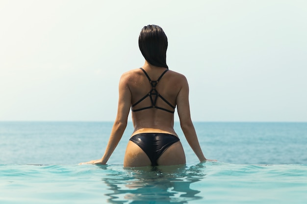 Mulher sexy relaxante na piscina
