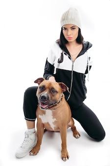 Mulher sexy terno preto e chapéu branco com cachorro.