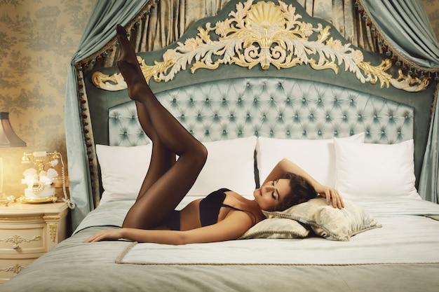 Mulher sexy vestindo uma lingerie bonita e uma meia-calça preta