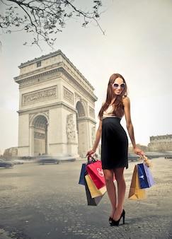 Mulher, shopping, em, paris