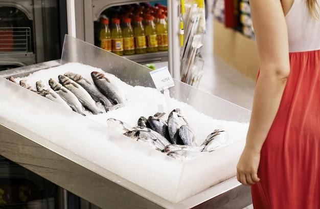 Mulher, shopping, para, peixe, em, um, supermercado