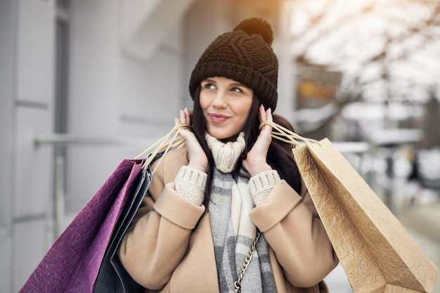 Mulher, shopping, rua, sorrindo, inverno