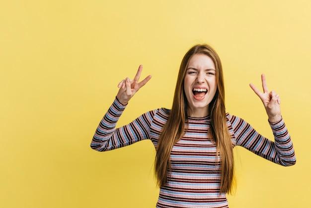 Mulher, shouting, enquanto, fazendo, a, sinal paz