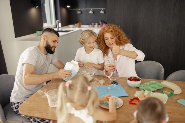 Mulher simpática e positiva mostrando ao filho o que fazer