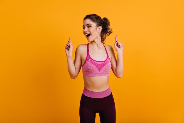 Mulher simpática fazendo exercícios
