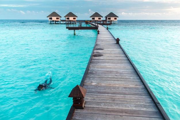 Mulher, snorkeling, sobre, cristal claro, água, em, água, vila