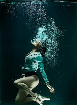Mulher sob a água