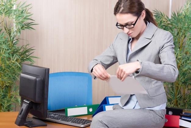 Mulher sob estresse trabalhando no escritório
