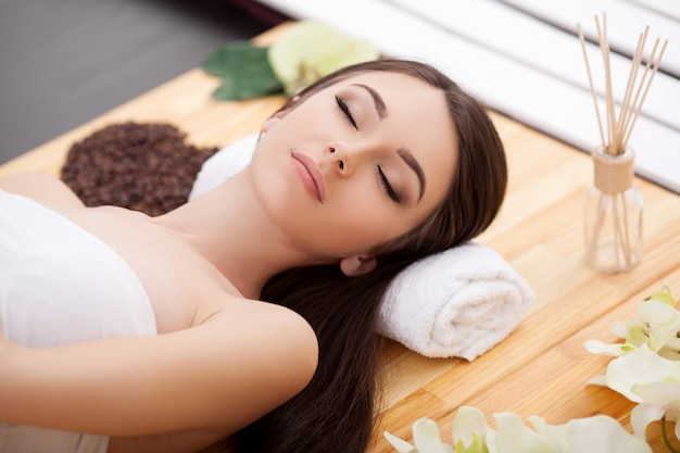 Mulher sob massagem facial profissional no spa de beleza