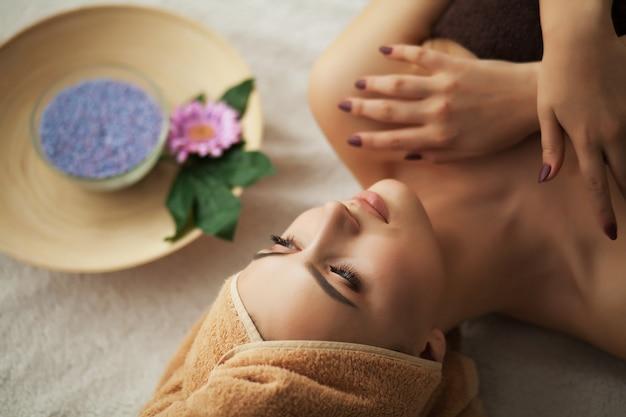 Mulher, sob, profissional, facial, massagem, em, beleza, spa