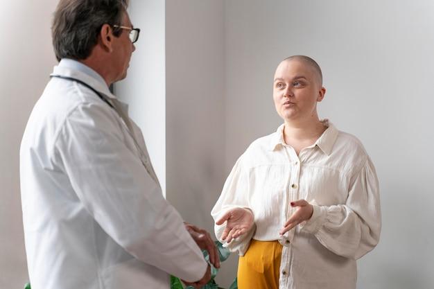 Mulher sofrendo de câncer de mama conversando com o médico