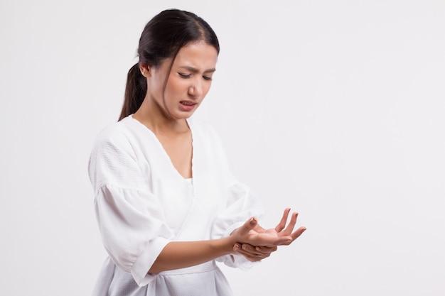 Mulher sofrendo de dedo no gatilho, cps, dor nas articulações do punho, artrite, gota