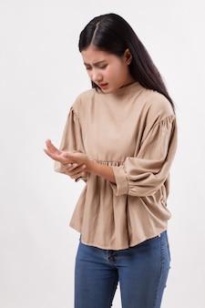 Mulher sofrendo de dedo no gatilho, dor nas articulações do punho, artrite, gota