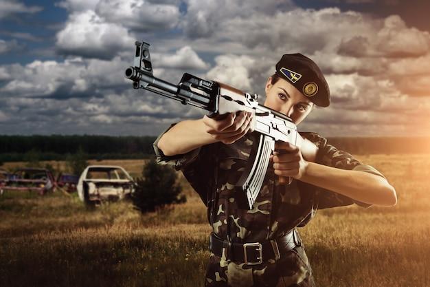 Mulher soldado do exército está atirando no campo de batalha