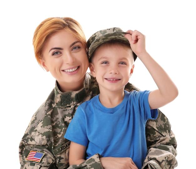 Mulher soldado e filho em branco