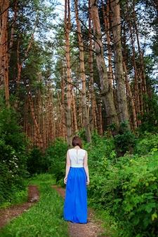 Mulher solitária andando na floresta.