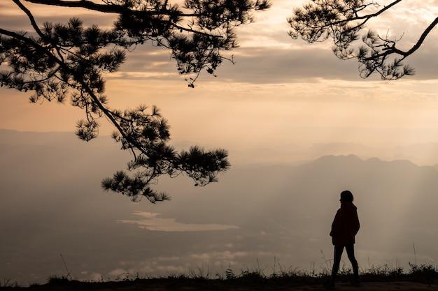 Mulher solitária de pé no penhasco