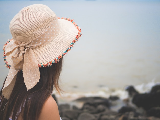 Mulher solitária e deprimida em pé na frente do mar
