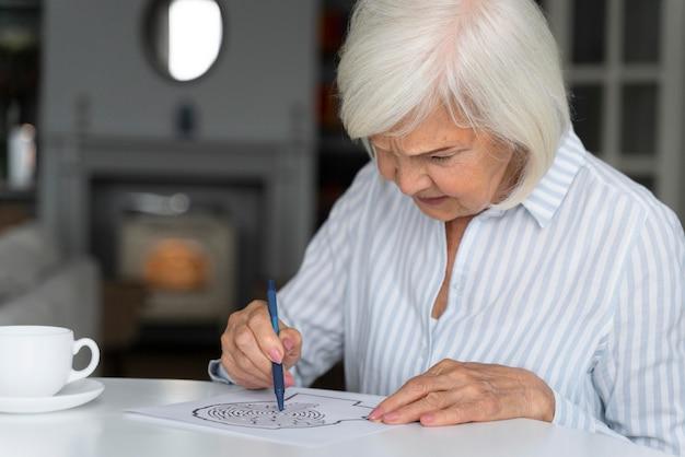 Mulher solitária enfrentando doença de alzheimer