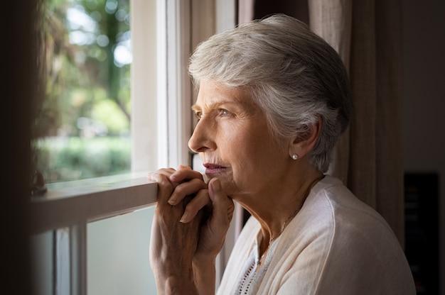 Mulher solitária sênior