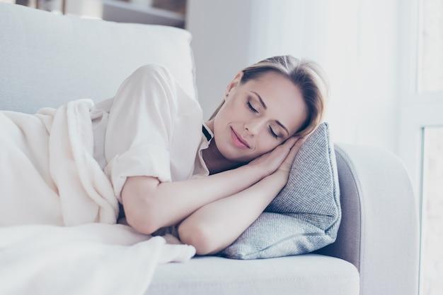 Mulher sonhadora dormindo