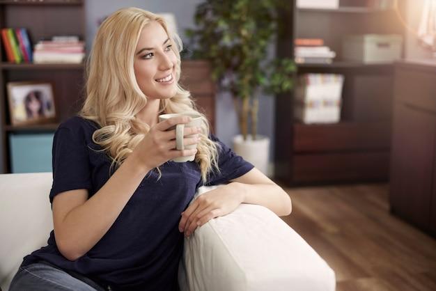 Mulher sonhando relaxando em casa