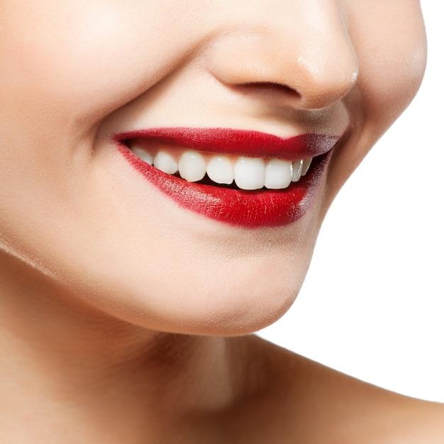 Mulher sorri. clareamento dos dentes. cuidado dental.