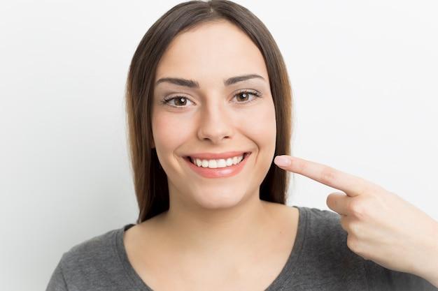 Mulher sorri com dentes brancos e saudáveis. odontologia