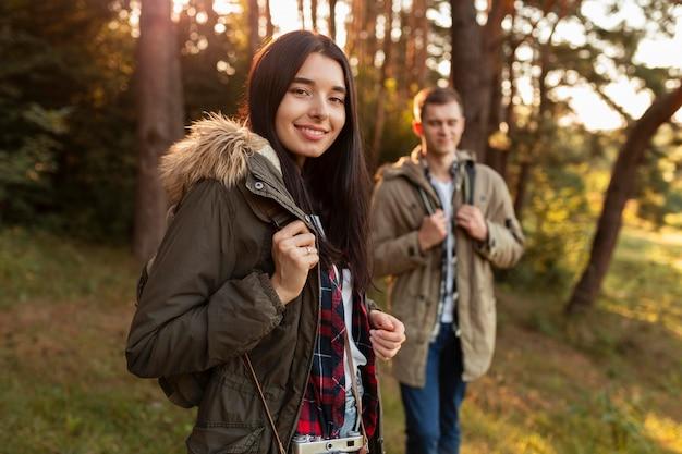 Mulher sorridente a gostar de viajar com o namorado