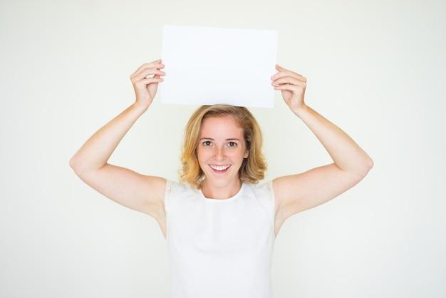 Mulher sorridente alegre com bandeira branca