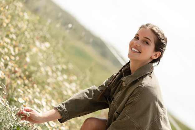 Mulher sorridente ao ar livre tiro médio