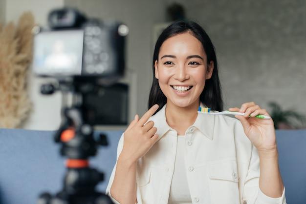 Mulher sorridente ao vivo sobre problemas dentários