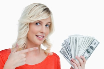 Mulher sorridente, apontar, dela, dólar, notas, com, dela, dedo