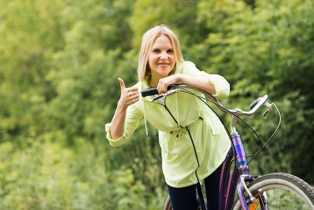 Mulher sorridente, aprovando com polegares para cima