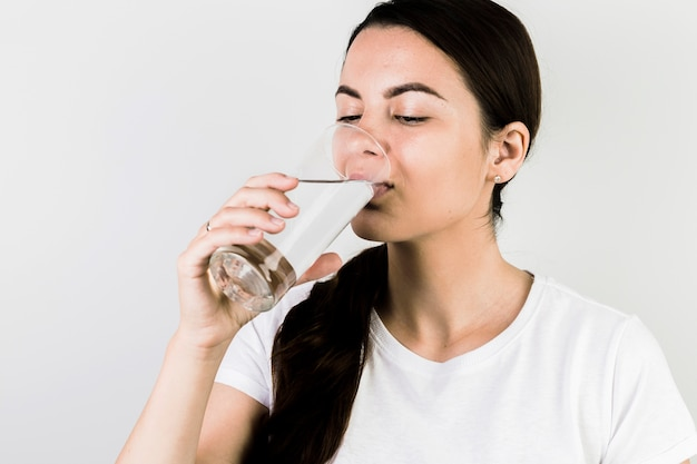 Mulher sorridente, bebendo, água