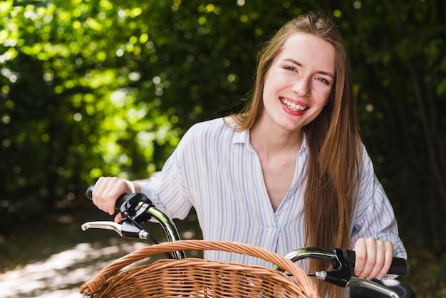 Mulher sorridente, bicicleta