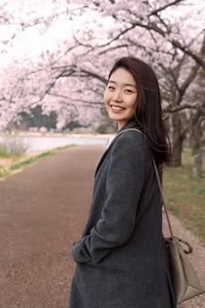 Mulher sorridente caminhando no parque