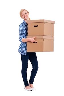 Mulher sorridente carregando duas caixas