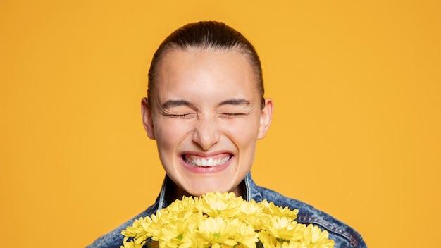 Mulher sorridente com buquê de flores