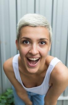 Mulher sorridente, com, cabelo curto