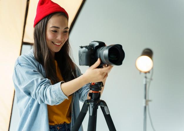 Mulher sorridente com câmara fotográfica