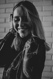 Mulher sorridente com camisa de mangas compridas