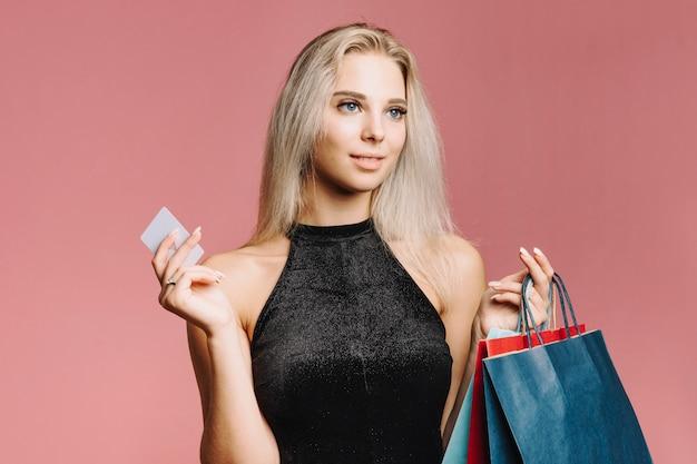 Mulher sorridente, com, cartão crédito, e, sacolas