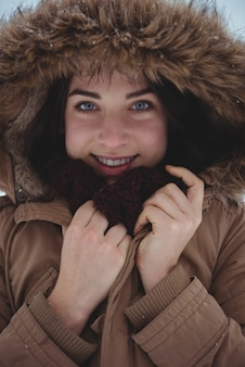 Mulher sorridente com casaco de pele durante o inverno