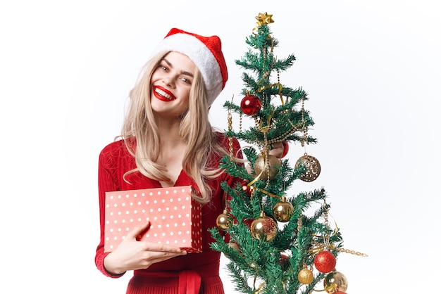 Mulher sorridente com chapéu de papai noel nas emoções do feriado presente de natal