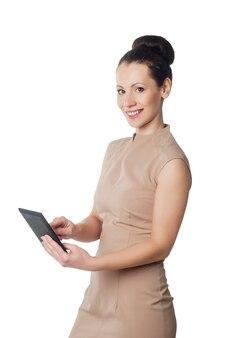 Mulher sorridente com computador tablet isolado no branco