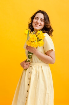 Mulher sorridente com flores